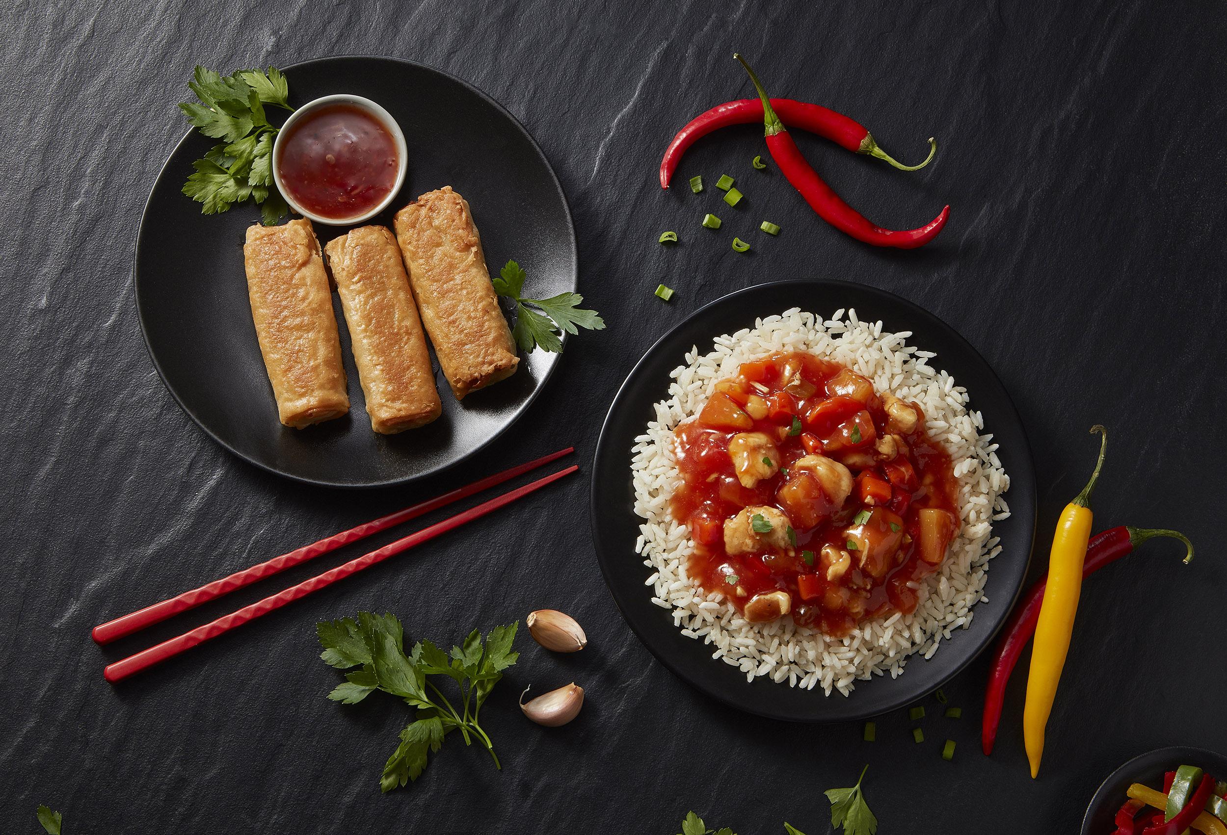 sajgonki z warzywami i kurczak słodko kwsany z ryżem